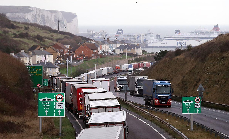 Lastwagen stehen Schlange, um in den Hafen von Dover in Kent einzufahren.
