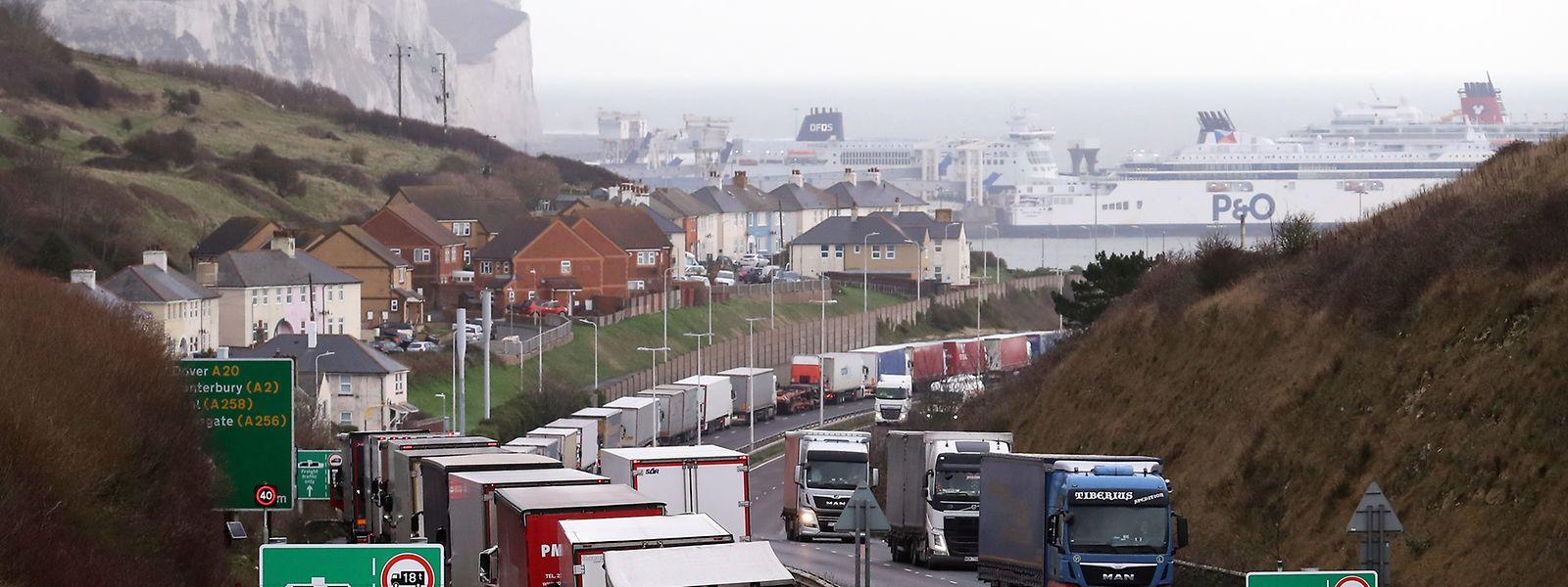 Lastwagen stehen Schlange, um in den Hafen von Dover in Kent einzufahren. An den britischen Häfen stauen sich seit Wochen die Container. Viele Unternehmen versuchen, vor Ablauf der Brexit-Übergangsphase am 31. Dezember ihre Lagerbestände aufzufüllen.