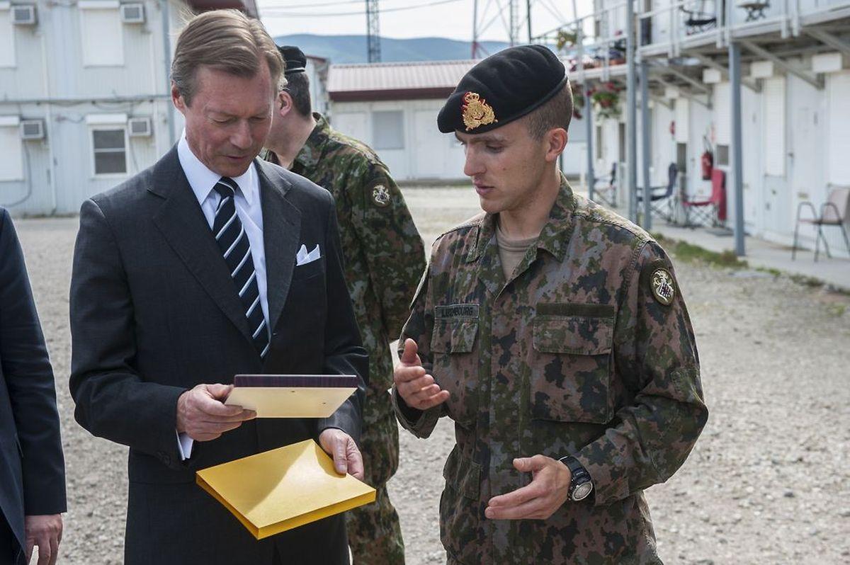 (de g. à dr.) S.A.R. le Grand-Duc ;  lieutenant Fabien Kieffer, chef du détachement luxembourgeois