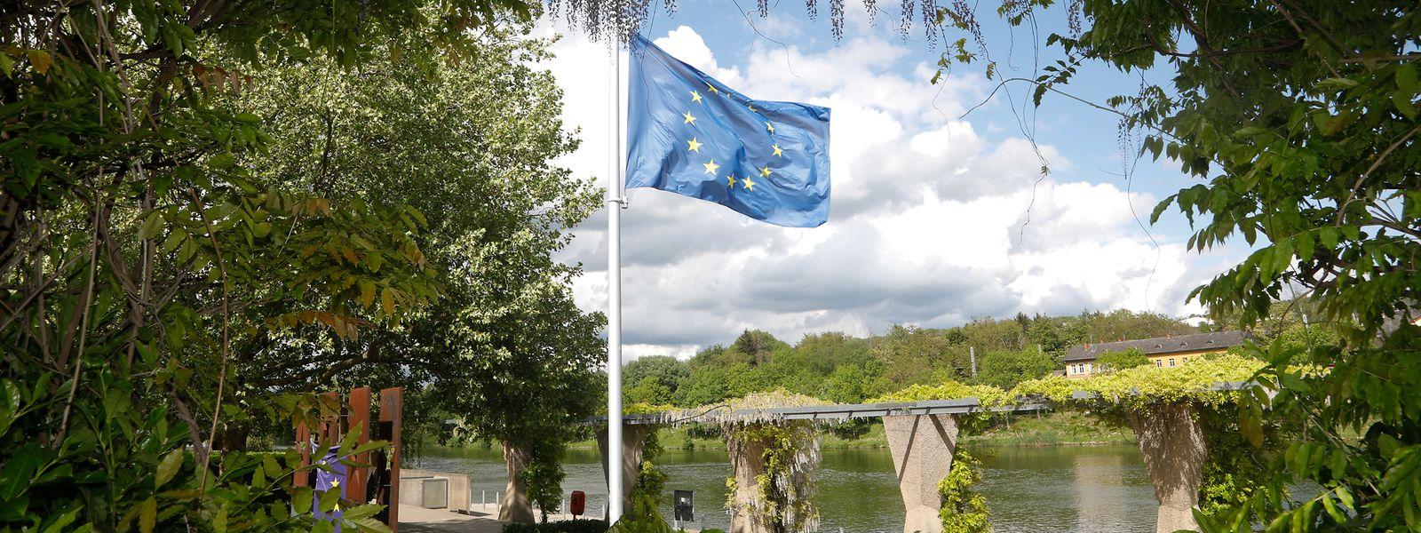 Die Europa-Fahne auf der Schengener Esplanade steht seit Montag auf halbmast.