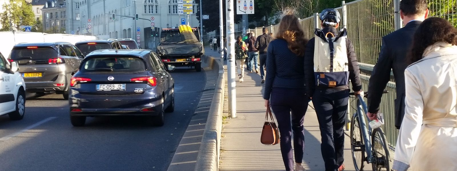 Pour l'heure et en attendant la fin des travaux sur le viaduc, piétons et cyclistes se partagent le même trottoir pour passer du quartier gare à celui de la ville haute.
