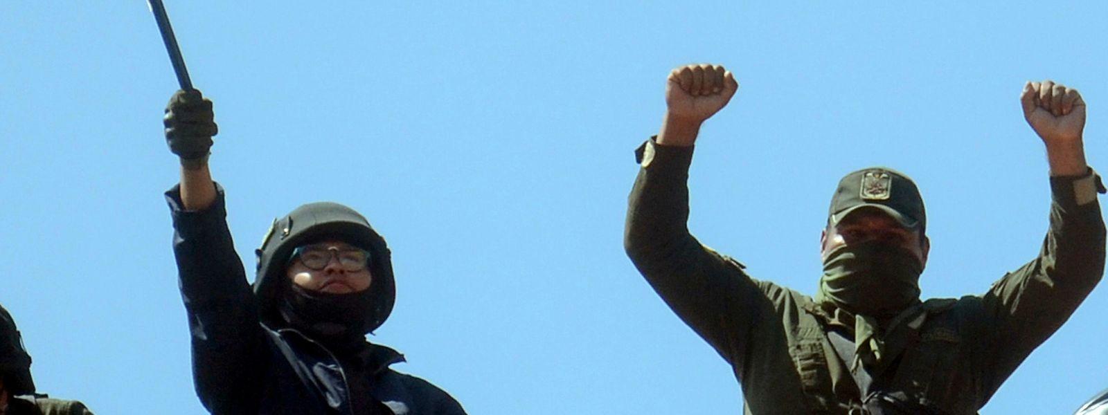 Rebellierende Polizisten auf dem Dach eines besetzten Gebäudes.