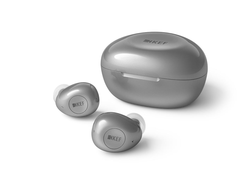 Die Kopfhörer und die Ladebox ähneln sich im Design.