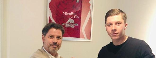La traditionnelle poignée de mains entre le président Fabrizio Bei (à g.) et sa nouvelle recrue, Kevin D'Anzico