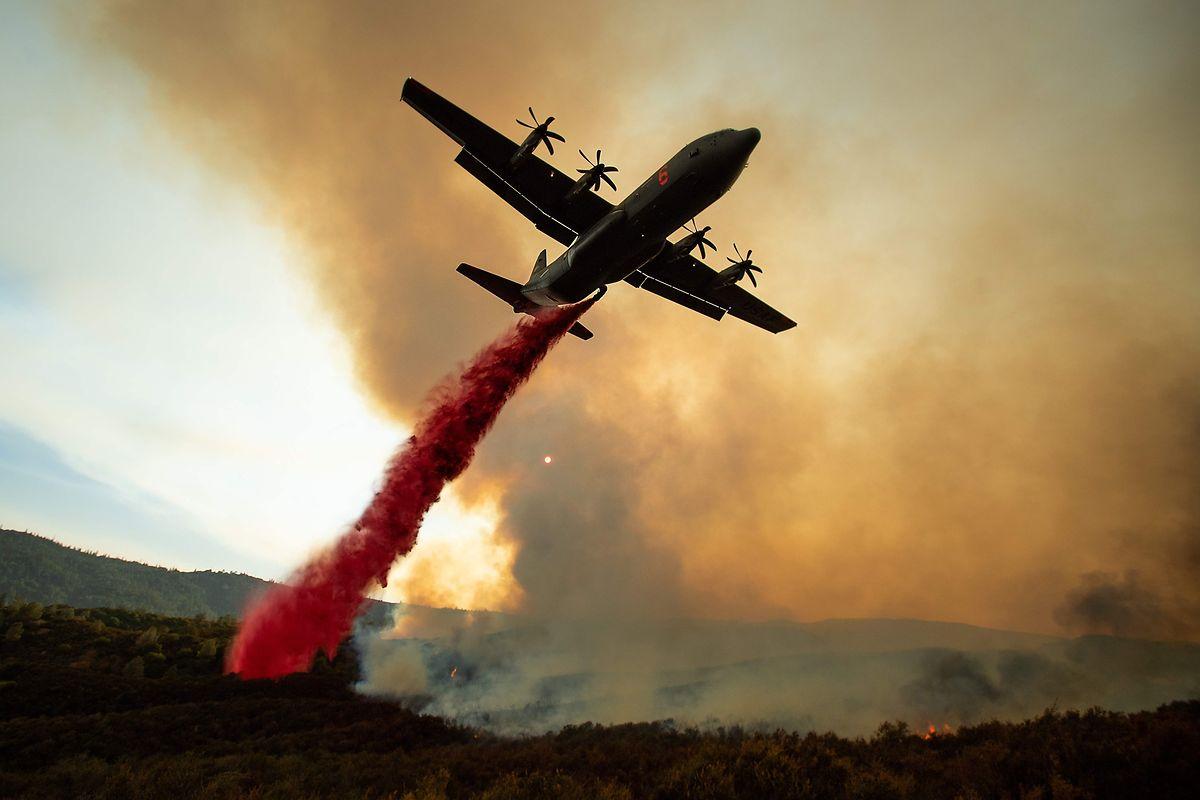 Trotz des Einsatzes von Löschflugzeugen breiteten die Flammen sich weiter aus.
