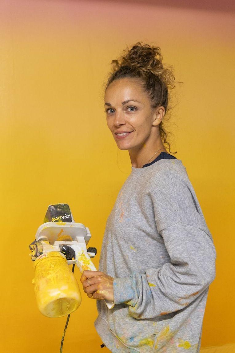 Dorothée Recker: née en 1984, elle est une artiste internationale, d'origine franco-germano-norvégienne. Elle réalise des dégradés de couleur en utilisant des grains de sable, un de ses matériaux de prédilection, plongeant le spectateur dans une inoubliable expérience sensorielle. Elle a exposé en France, en Allemagne et aux Etats-Unis.