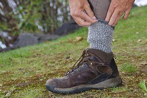 Pontas das calças dentro das meias é um dos conselhos práticos para a protecção contra a picada da carraça