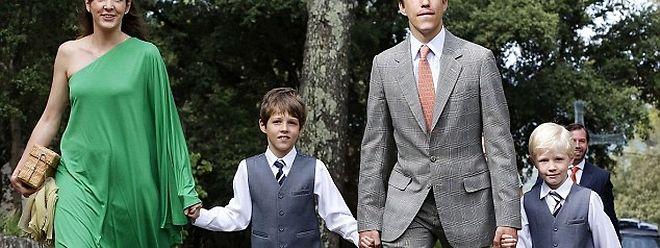 Em 2014, o casal e os dois filhos, o príncipe Gabriel (E) e o príncipe Noah (D).