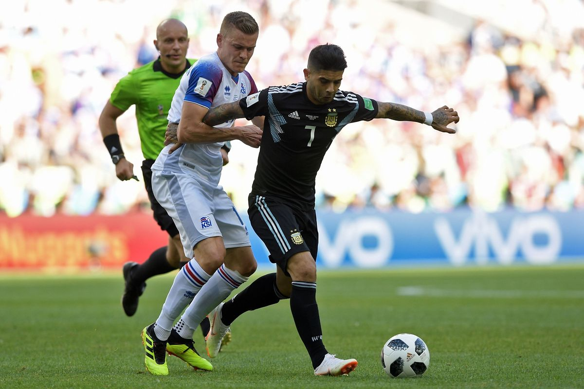 Iceland's forward Alfred Finnbogason (L) vies with Argentina's midfielder Ever Banega during the Russia 2018 World Cup Group D football match between Argentina and Iceland at the Spartak Stadium in Moscow on June 16, 2018. / AFP PHOTO / Juan Mabromata / RESTRICTED TO EDITORIAL USE - NO MOBILE PUSH ALERTS/DOWNLOADS