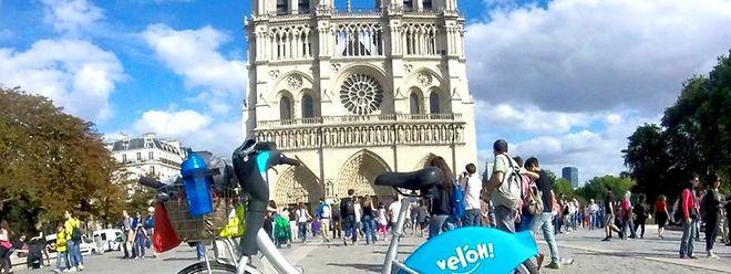 Le Vél'Oh luxembourgeois de Sébastien Cayotte avec Notre-Dame de Paris en arrière-plan.