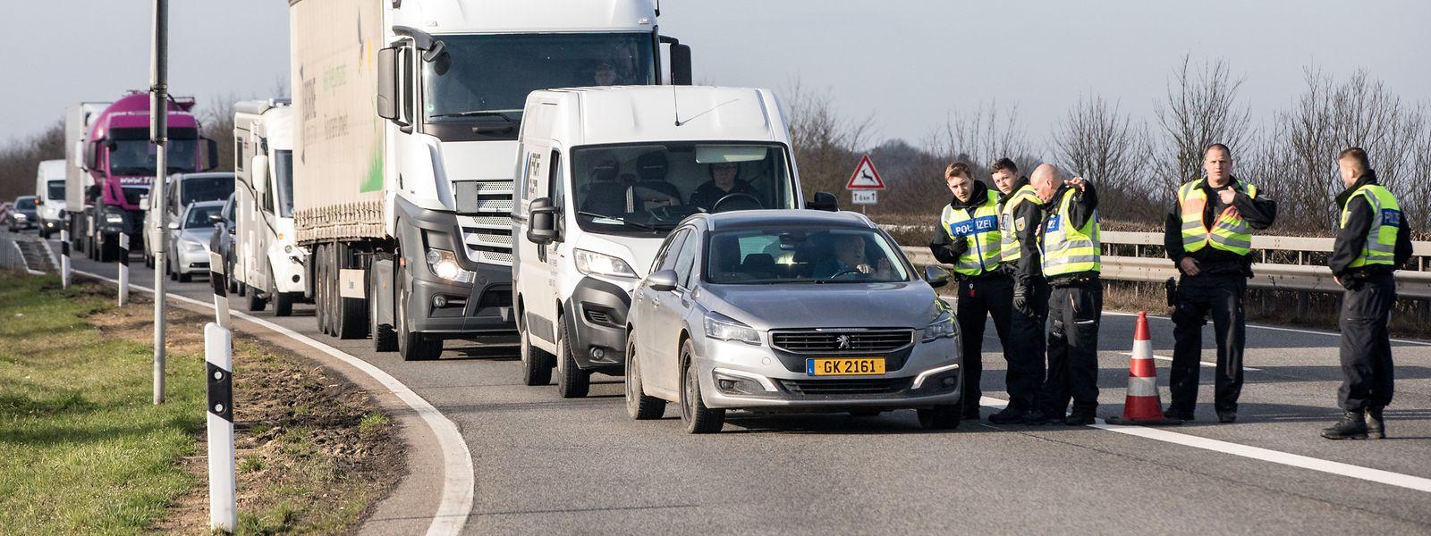 Polizeikontrollen am Rastplatz Markusbierg auf der deutschen Autobahn A64 bei Trier.
