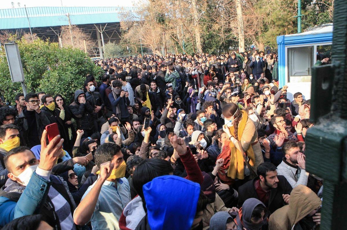 Iranische Studenten vor der Universität in Teheran.