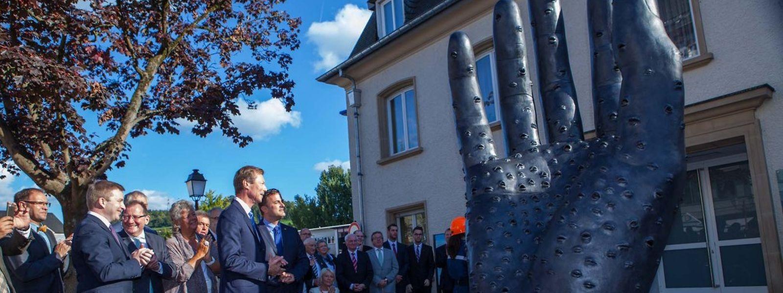 """An der Ettelbrücker Place Marie-Thérèse erinnert die 3,30 Meter hohe """"Heemechtshand"""" fortan an die Botschaft der Luxemburger Nationalhymne. (Fotos: Tania Feller)"""