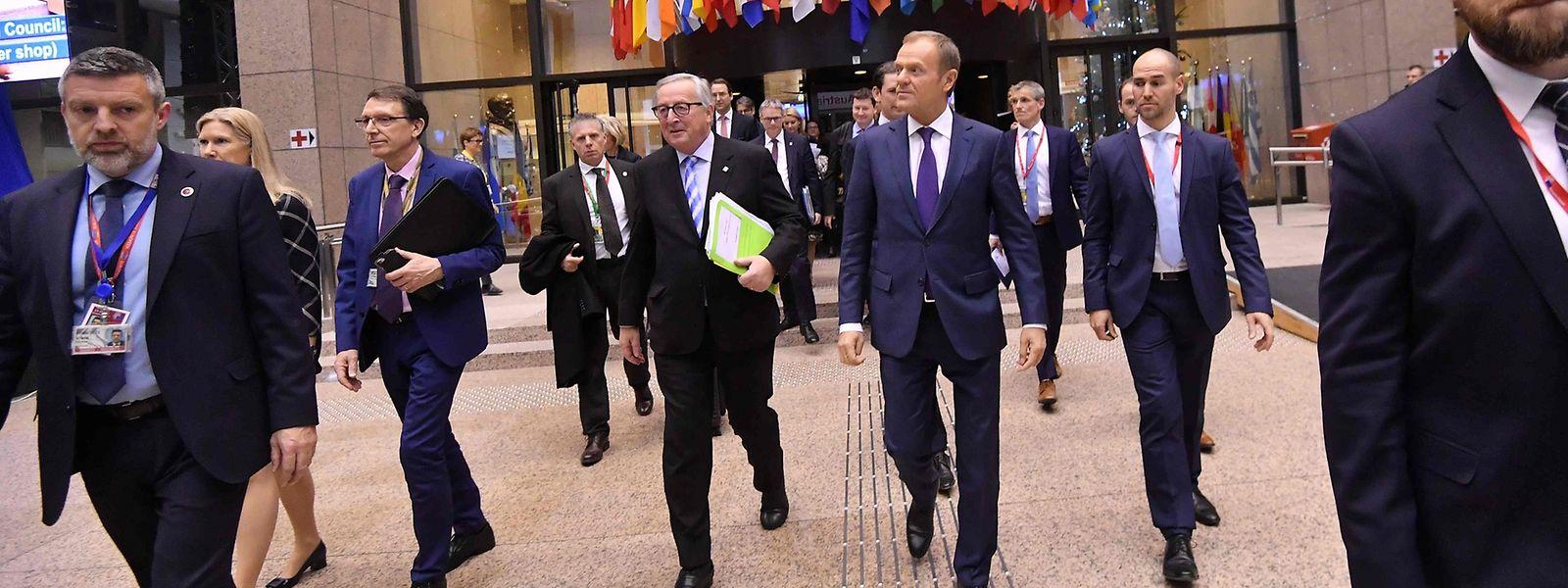 Kommissionspräsident Juncker und Ratspräsident Tusk verlassen das Sitzungsgebäude.