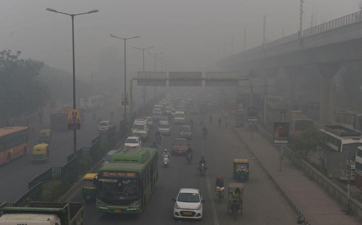 Würden alle 6683 Kohlekraftwerke der Welt bis ans Ende ihrer geplanten Betriebszeit laufen, ergebe sich in der gesamten Zeit allein dadurch ein CO2-Ausstoß von geschätzt insgesamt 190 Gt CO2. Es droht Luftverschmutzung wie hier in Dehli.