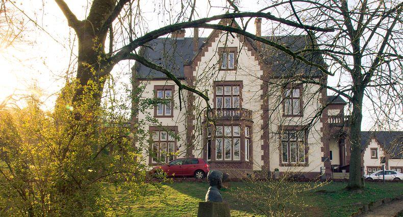 Das Tudor-Schloss wurde 1892 im Park des Irminenhofes errichtet.