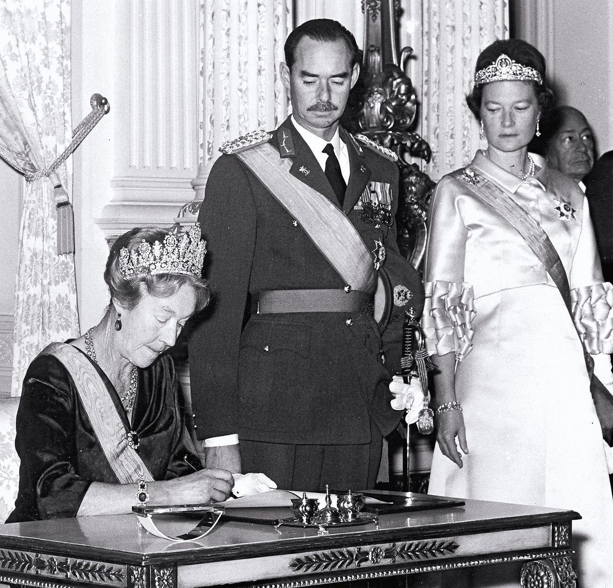 La grande-duchesse Charlotte signe l'acte d'abdication.