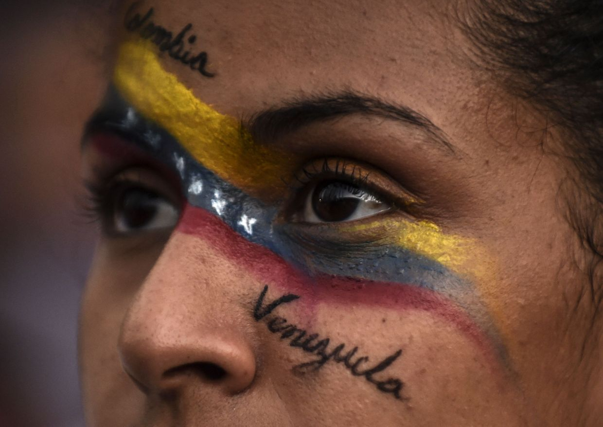 TOPSHOT - Venezuelans opposed to President Nicolas Maduro hold a demonstration in Medellin, Colombia in support of opposition leader Juan Guaido's self-proclamation as acting president of Venezuela, on January 23, 2019. (Photo by JOAQUIN SARMIENTO / AFP)