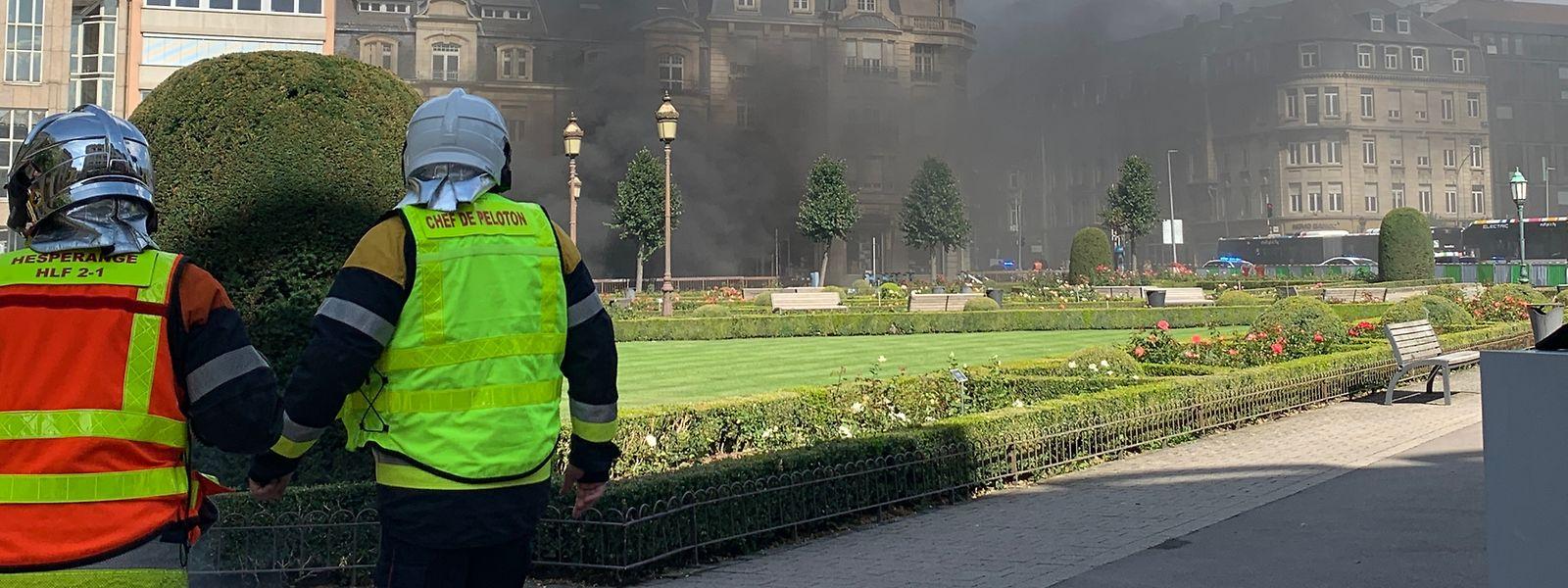 Während des Brandes am Montag stiegen dichte Rauchschwaden aus den Ausgängen des Parkhauses im Bahnhofsviertel.