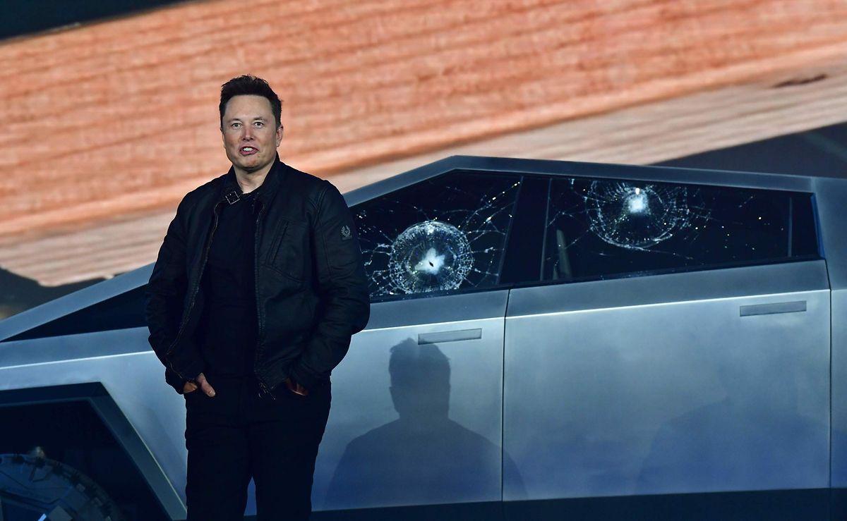 """Elon Musk vor den geborstenen Fenstern seines Prototyps: Hier gebe es noch """"Raum für Verbesserungen""""."""