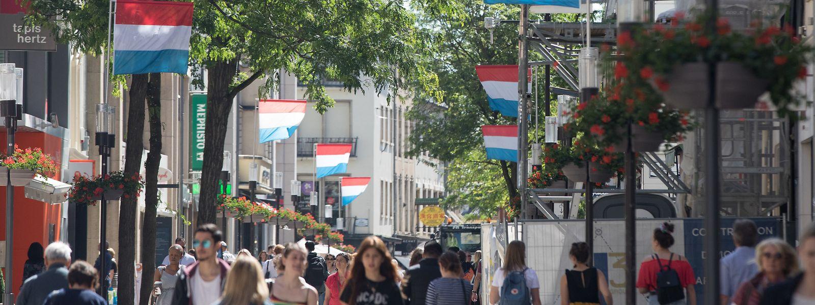 Um die zahlreichen Besucher am Wochenende gebührend zu empfangen, wird Luxemburg-Stadt festlich dekoriert. Die Groussgaass bildet mit den rot-weiß-blauen Flaggen keine Ausnahme.