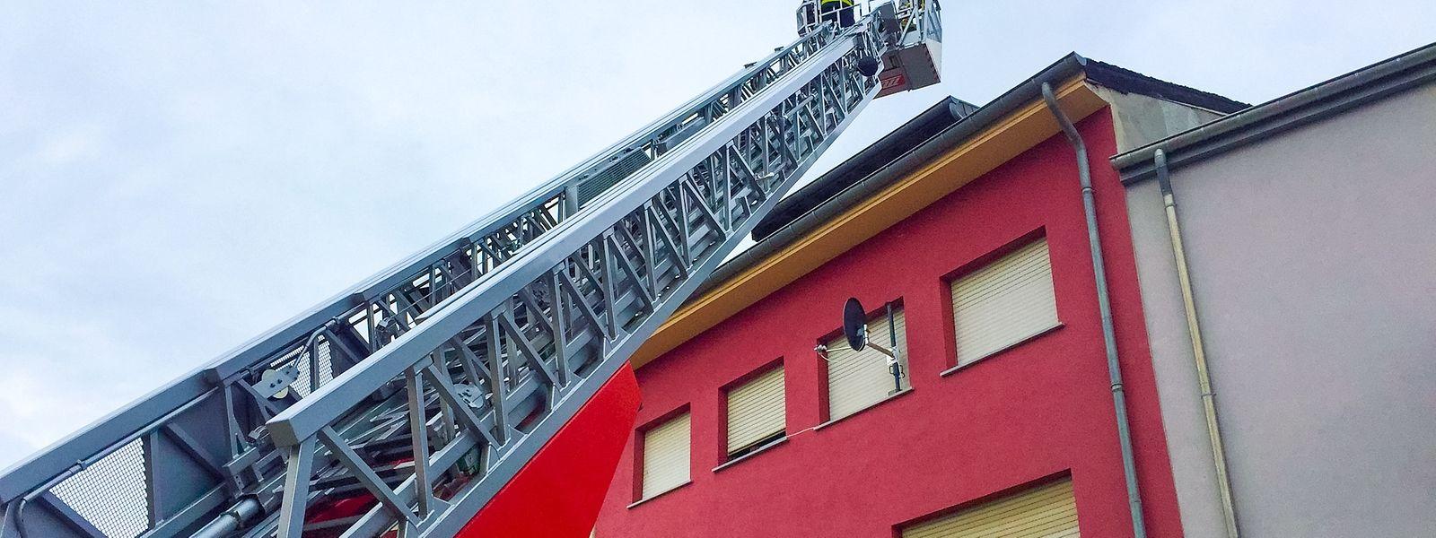 Die Feuerwehr machte beim Einsatz von einer Drehleiter Gebrauch.