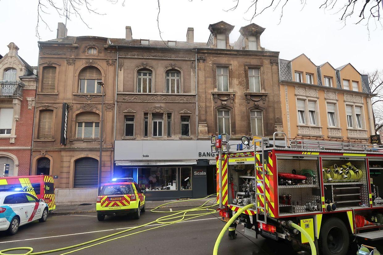 Rauch stieg auch aus dem Haus über dem Scala-Geschäft.
