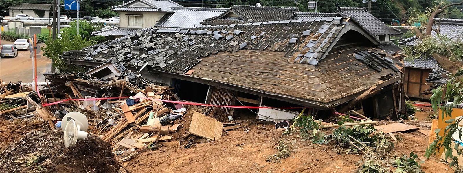 Schwerer Regen hat in weiten Gebieten der Provinzen Kumamoto sowie Kagoshima auf Japans südwestlicher Hauptinsel Kyushu schwere Überflutungen und Erdrutsche ausgelöst.