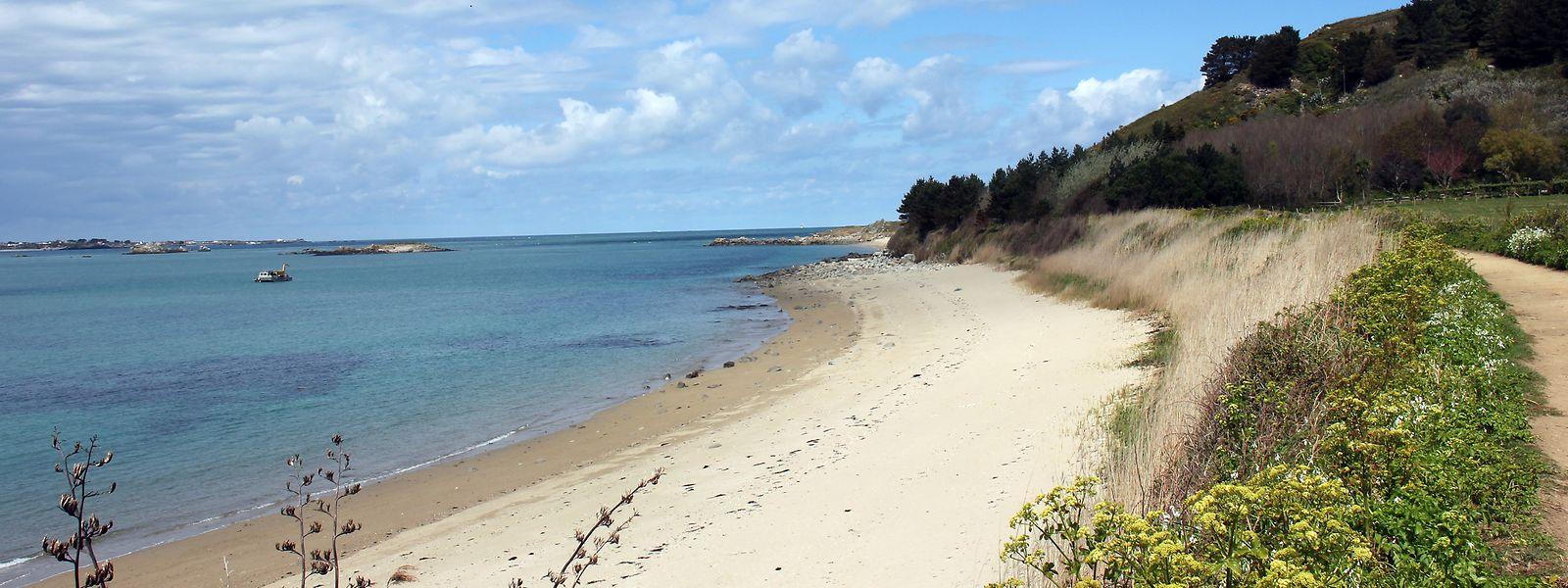 Blick auf den Fisherman's Beach auf Herm: Die Temperaturen steigen auch im Sommer selten über 20 Grad Celsius.