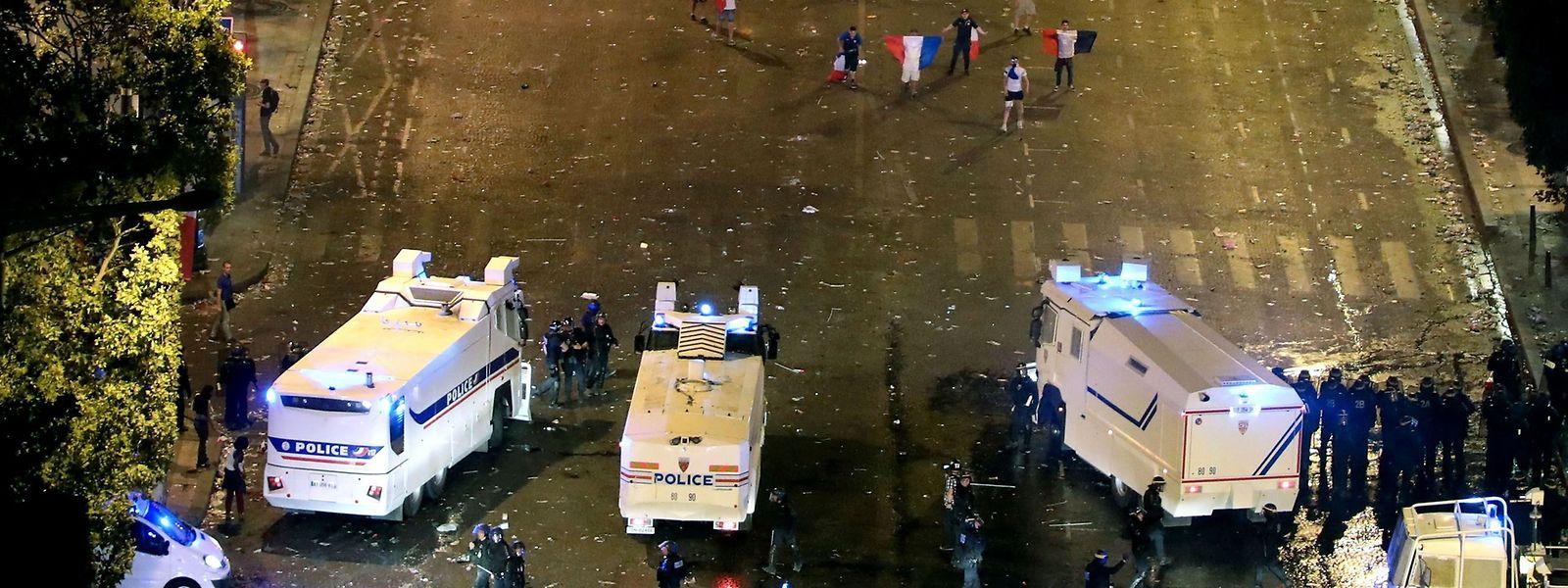 Des échauffourées se sont produites entre forces de l'ordre et groupes de «casseurs», échangeant jets de bouteilles ou de chaises contre gaz lacrymogène, sur les Champs-Elysées.