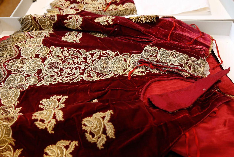 Dieses Kleid  stammt beispielsweise aus dem 18. Jh. und wurde von der damaligen französischen Königin Maria Leszczynska gespendet.