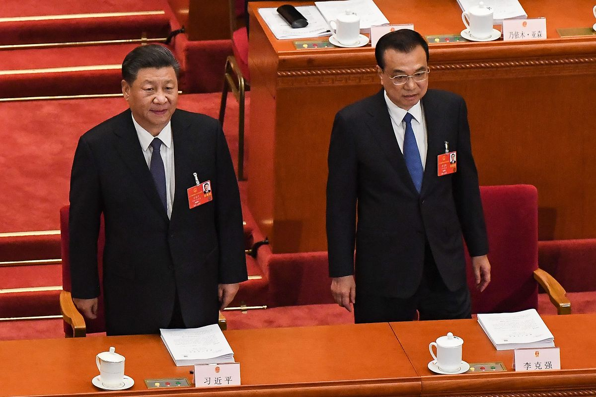 Präsident Xi Jinping (L) und Premierminister Li Keqiang bei der Eröffnung der Tagung.