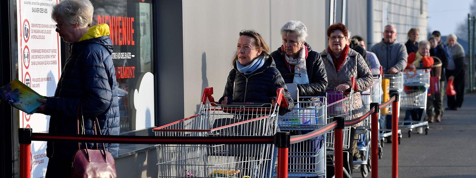 Même si les commerces alimentaires restent ouverts, les clients se posent de multiples questions.
