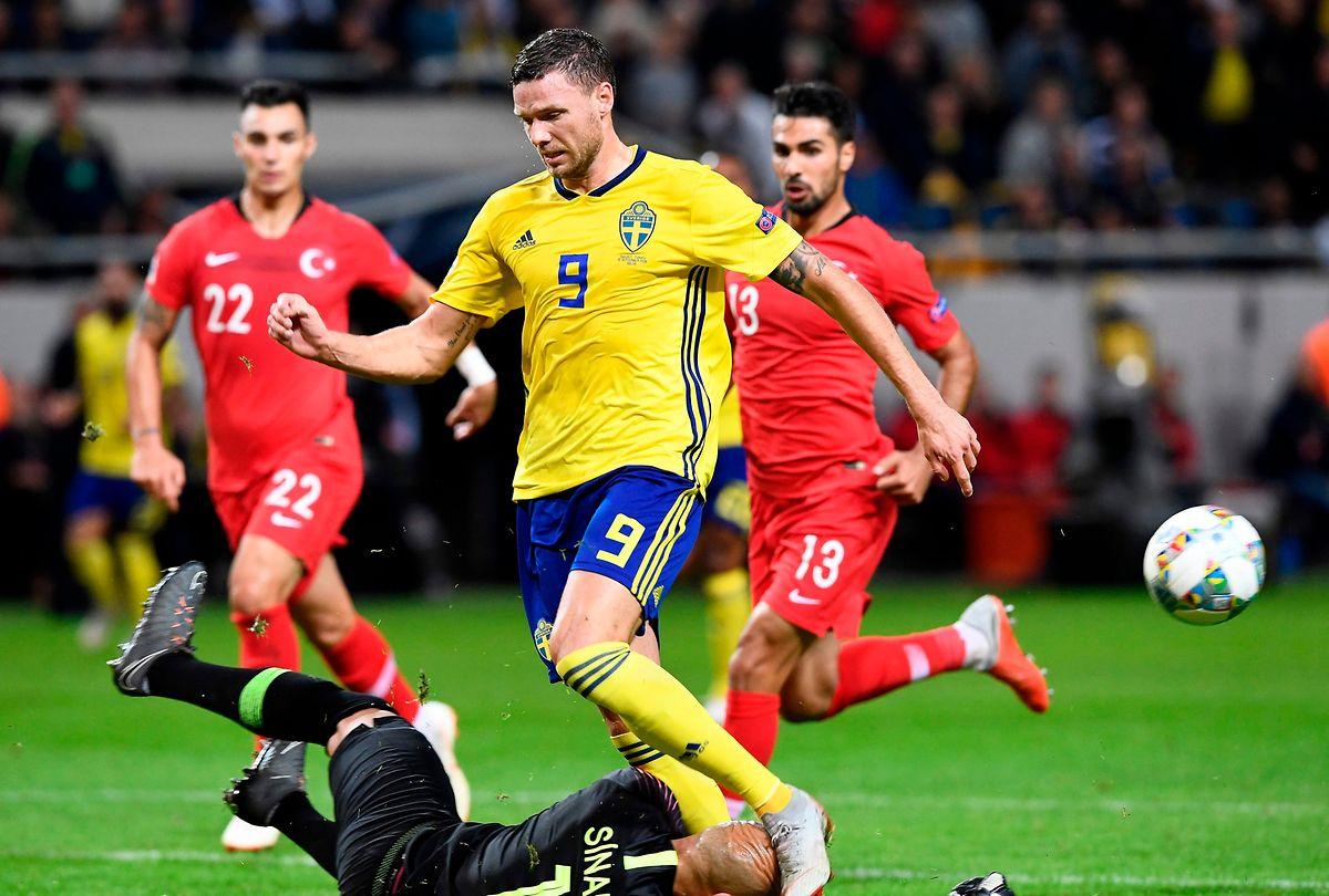 L'attaquant suédois Marcus Berg vient buter sur le gardien turc Sinan Bolat