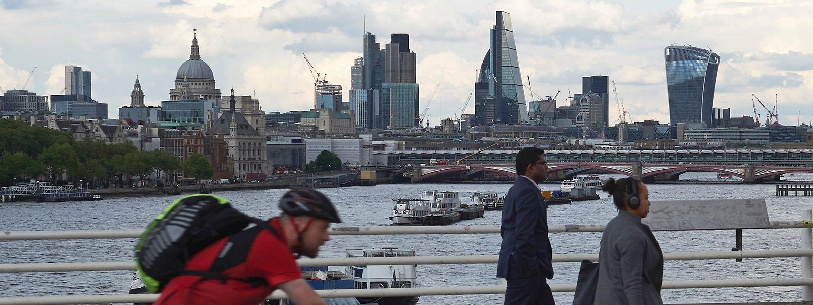 Blick von der Waterloo-Bridge auf die Skyline des Londoner Finanzdistrikts.