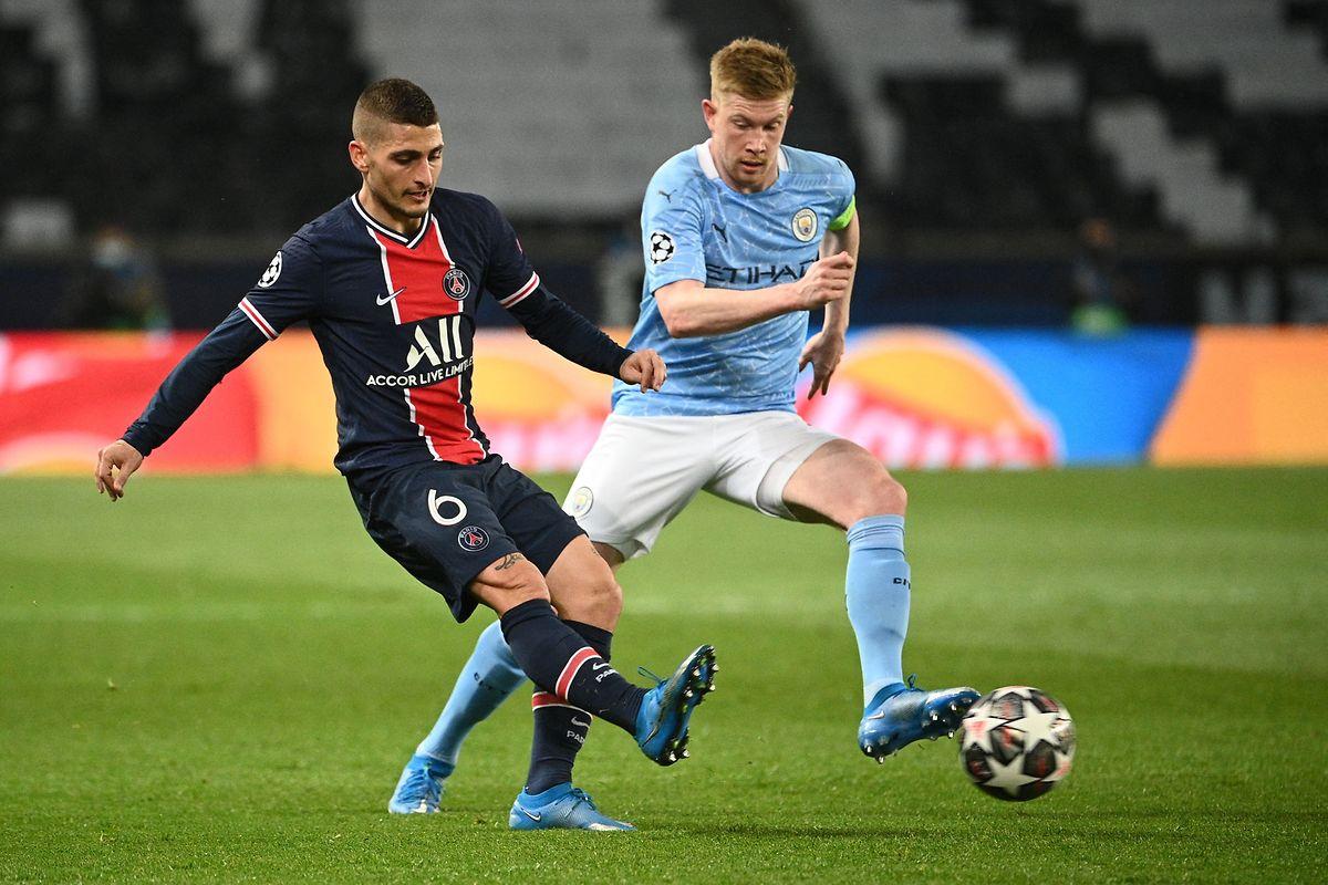 Kevin de Bruyne und die Citizens wollen sich auch im Rückspiel gegen Paris SG um Marco Verratti (l.) behaupten.