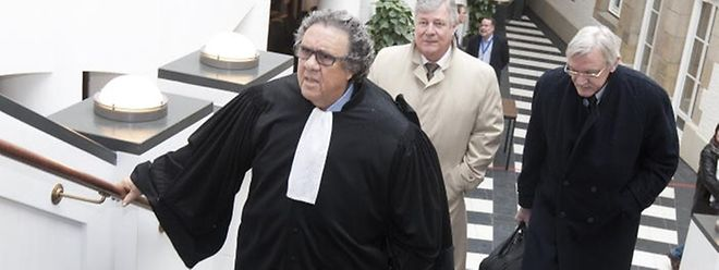 Me Vogel et les deux prévenus arrivent au tribunal.