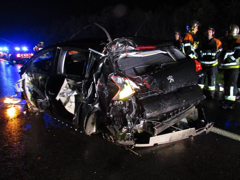 Am Auto entstand Totalschaden. Der Fahrer wurde verletzt.