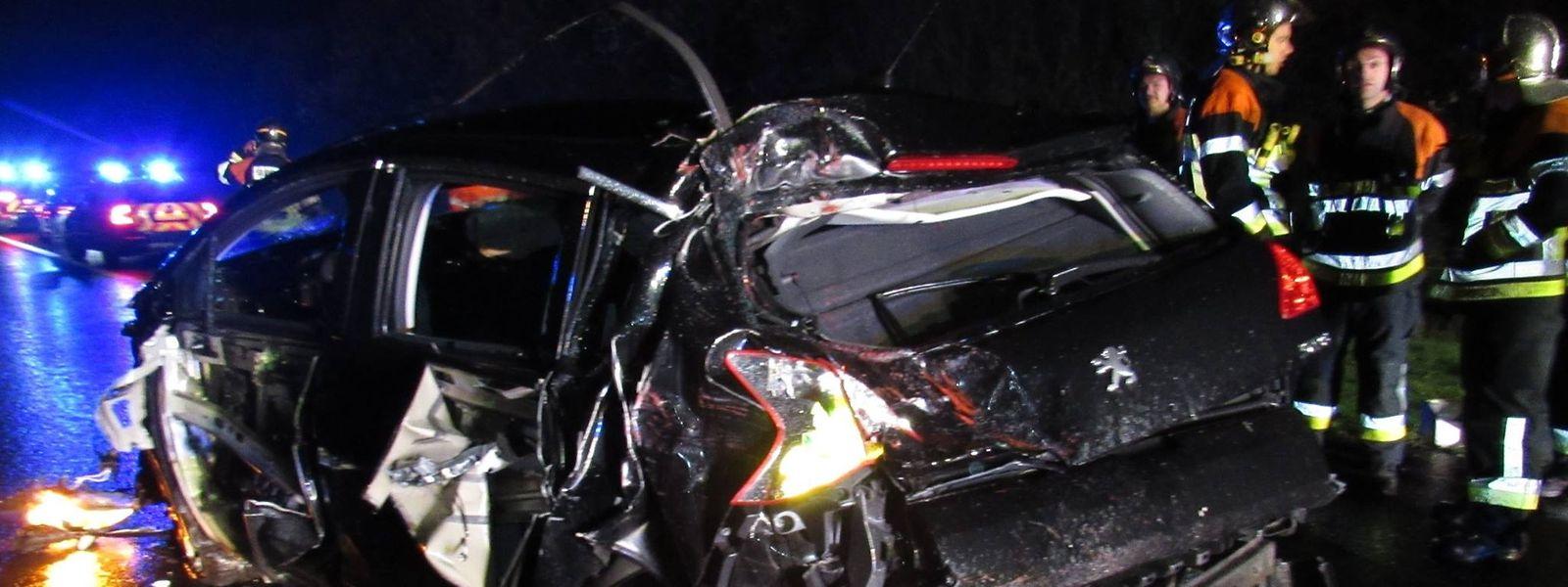 Après avoir été heurté par un camion, un automobiliste a foncé contre les barrières de sécurité avant de heurter l'arrière de la camionnette qui se trouvait devant lui.