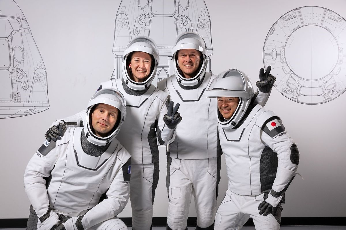 Die Astronauten stehen bei einer Trainingseinheit für ein gemeinsames Foto zusammen.