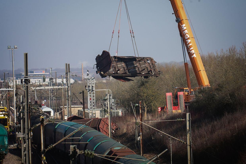 Ein zerstörter Waggon wird am Mittwochmorgen mit einem Schwerlastkran geborgen.