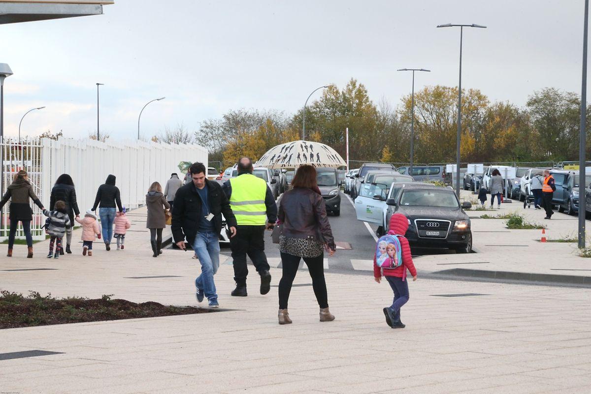 Les maternelles sortent 15 minutes avant les classes de primaire. Un laps de temps trop court pour pouvoir libérer des places de parking aux parents.