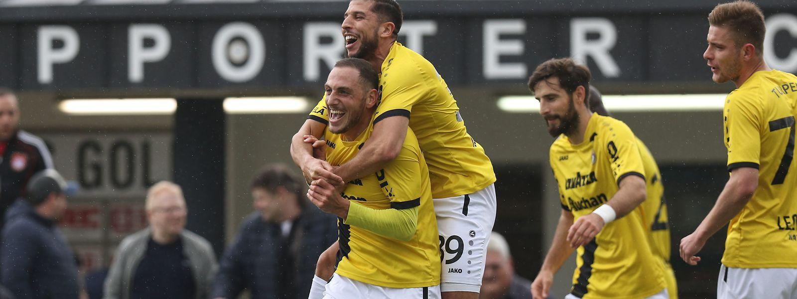 Clément Couturier, abraçado por Aniss El Hriti, marcou o primeiro golo do Dudelange em Pátange.