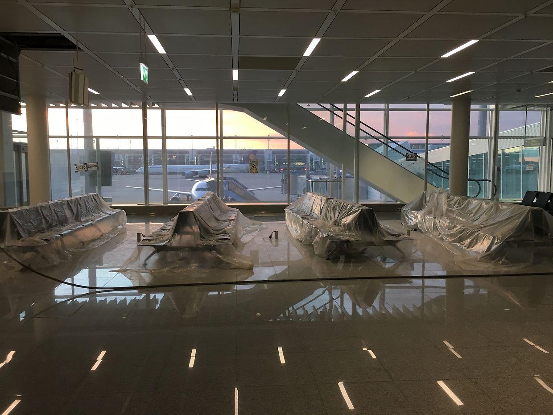 """Die Erweiterung des Terminal 2 am Flughafen München, der sogenannte """"Satellit"""", sieht von außen betrachtet schon fertig aus. Innen bleibt einiges zu tun. Im April ist die Eröffnung geplant."""