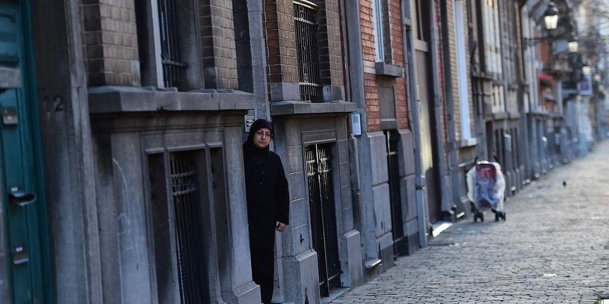 Eine der Wohnungen wurde im Brüsseler Viertel Schaerbeek entdeckt, wie bereits in der vergangenen Woche bekannt geworden war.