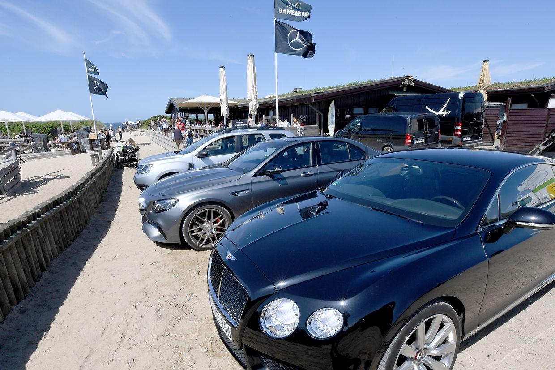 """Edle Fahrzeuge stehen vor der """"Sansibar""""."""