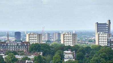 Les ruines de la tour Grenfell dans le quartier de North Kendington à Londres, photographiée le 23 juin. Des milliers d'habitants vivent dans des constructions similaires à Londres. Elles sont actuellement vérifiées afin d'écarter les risques d'incendie.