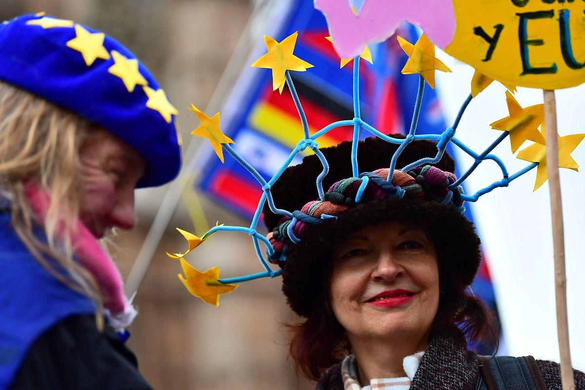 Demonstranten stehen vor dem Parlament. Mit neuen Zusicherungen der Europäischen Union hat die britische Premierministern May um Unterstützung ihres Parlaments für den Brexit-Vertrag gekämpft.