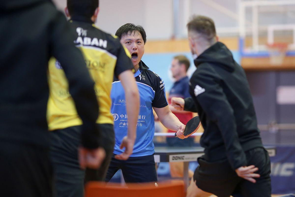 Howalds Cheng Xia jubelt nach dem Matchball mit seinen Teamkollegen.