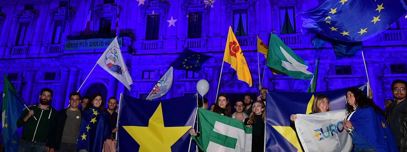 Überzeugte Europäer gibt es immer noch. Auch in Italien, wie hier vor dem Palzzo Marino in Mailand.